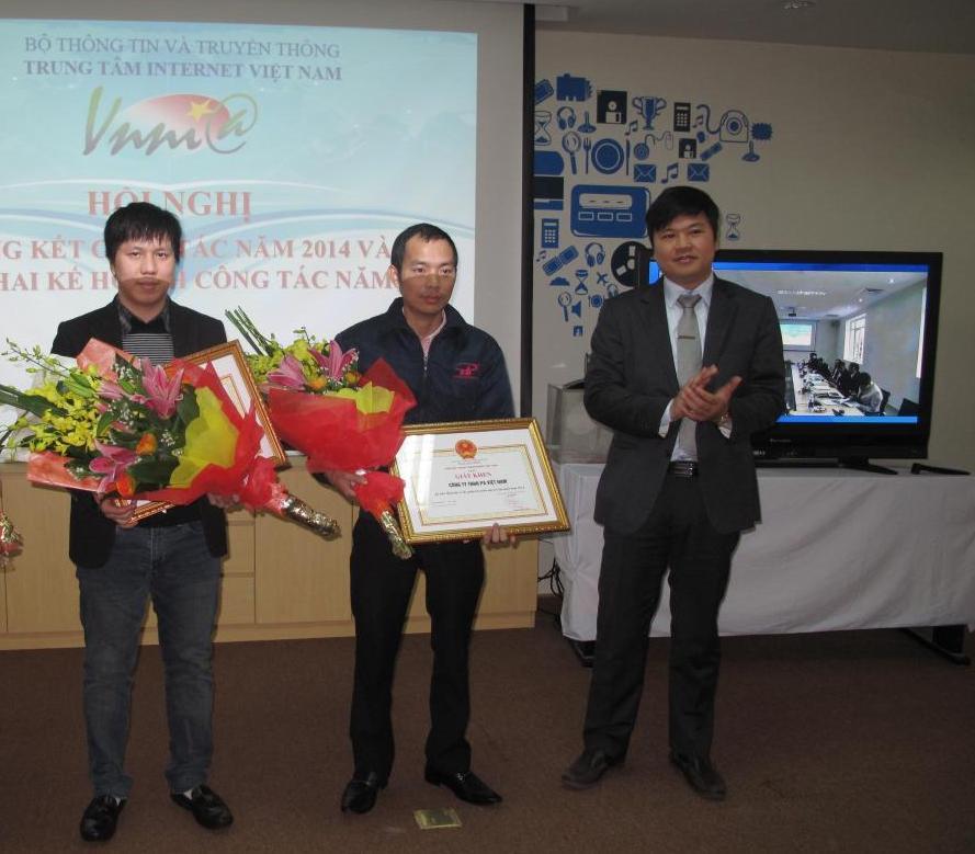 Ông Nguyễn Tự Hồng Quân ( ngoài cùng bên trái) nhận bằng khen của VNNIC